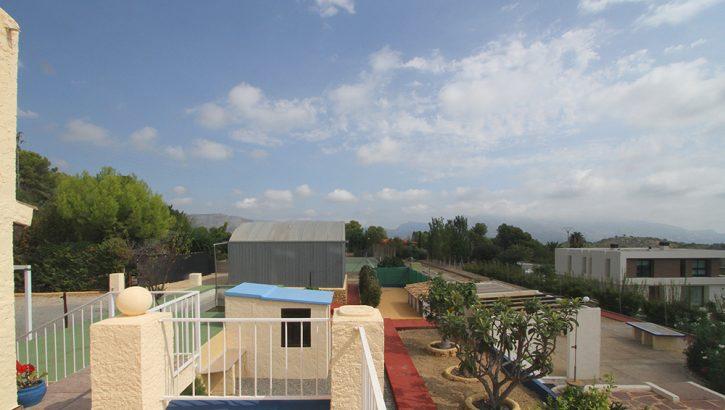 Villa im Landhausstil auf großem Grundstück in Polop Costa Blanca